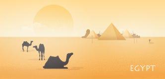 Paisagem lindo do deserto de Egito com as silhuetas dos camelos que estão e que encontram-se contra o complexo da pirâmide de Giz ilustração royalty free