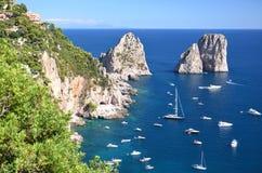 A paisagem lindo do faraglioni famoso balança na ilha de Capri, Itália Fotos de Stock