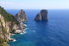 A paisagem lindo do faraglioni famoso balança na ilha de Capri, Itália Imagem de Stock
