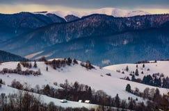 A paisagem lindo do inverno em rural montanhoso é foto de stock