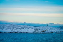 Paisagem lindo do ofcoast litoral das cenas coberto com a neve em Hurtigruten durante a viagem em um bom tempo Fotos de Stock Royalty Free