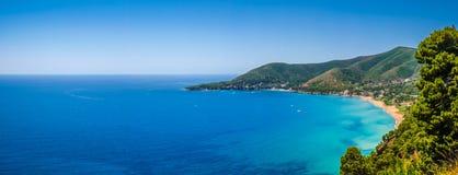 Paisagem litoral bonita na costa de Cilentan, Campania, Itália imagens de stock