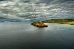 Paisagem litoral cênico com Rocky Island On The Isle de Skye In Scotland imagens de stock