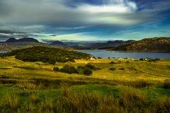 Paisagem litoral cênico com a vila remota em torno do Loch Torridon e do Loch Shieldaig em Escócia imagem de stock royalty free