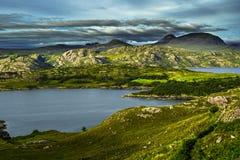 Paisagem litoral cênico com a vila remota em torno do Loch Torridon e do Loch Shieldaig em Escócia fotografia de stock