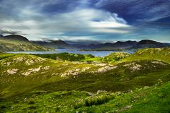 Paisagem litoral cênico com a vila remota em torno do Loch Torridon e do Loch Shieldaig em Escócia fotos de stock
