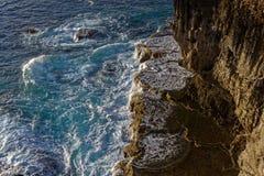Paisagem litoral com as ondas que rompem rochas imagens de stock royalty free