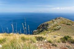 Paisagem litoral com o penhasco que negligencia o oceano fotos de stock royalty free