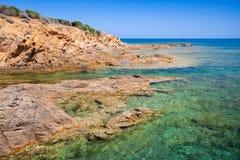 Paisagem litoral com a praia selvagem rochosa, Córsega Imagem de Stock