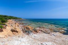 Paisagem litoral com a praia selvagem rochosa, Córsega Fotos de Stock Royalty Free