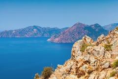 Paisagem litoral da ilha de Córsega com rochas fotografia de stock royalty free
