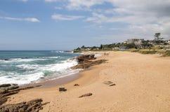 Paisagem litoral de Rocky Shoreline Against Ocean Sky foto de stock royalty free