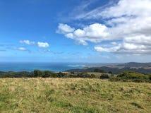 Paisagem litoral do campo com nuvens fotografia de stock royalty free