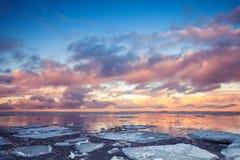 Paisagem litoral do inverno com gelo de flutuação no mar e nas nuvens Imagem de Stock
