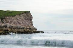 Paisagem litoral em Angola do norte com penhasco rochoso, as ondas pequenas e luz branca, zeto do ` de N, África fotos de stock