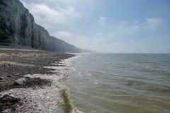 A paisagem litoral em Normandy, França com penhascos do mar encalha na luz obscura fotos de stock