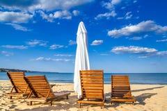 Paisagem litoral - guarda-chuvas e vadios de praia no litoral arenoso foto de stock