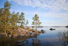 Paisagem litoral, lago Saimaa, Carélia foto de stock
