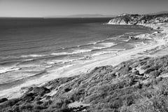 Paisagem litoral monocromática de Oceano Atlântico Fotos de Stock