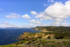 Paisagem litoral perto do Capo Carbonara, Sardinia, Itália imagem de stock