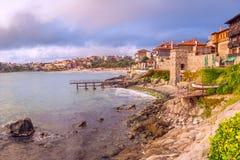 Paisagem litoral - terraplenagem com a parede da fortaleza na cidade de Sozopol imagens de stock