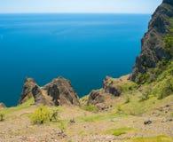 Paisagem litoral tranquilo na cordilheira vulcânica de Karadag Imagem de Stock