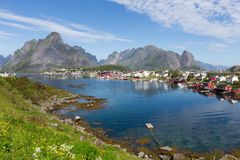 A paisagem Lofoten do verão de Lofoten é um arquipélago no condado de Nordland, Noruega É sabido para um cenário distintivo com fotografia de stock