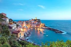 Paisagem mágica com os barcos na baía e as casas coloridas no th foto de stock
