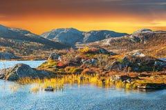 Paisagem mágica da montanha pelo oceano ártico em Noruega Imagens de Stock Royalty Free
