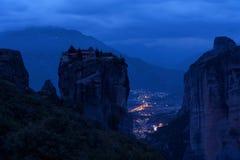 Paisagem magnífica da noite Trindade santamente do monastério, Meteora, Grécia foto de stock royalty free