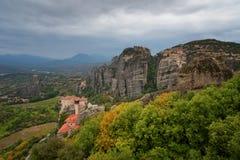 Paisagem magnífica do outono O monastério de Rousanou ou de St Barbara Monastery e o monastério de São Nicolau em Meteora foto de stock