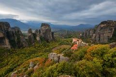 Paisagem magnífica do outono O monastério de Rousanou ou de St Barbara Monastery e o monastério de São Nicolau em Meteora fotografia de stock