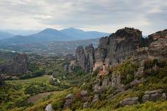 Paisagem magnífica do outono O monastério de Rousanou ou de St Barbara Monastery e o monastério de São Nicolau em Meteora fotos de stock
