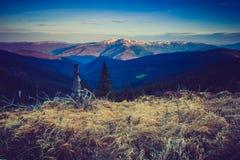 Paisagem majestosa da montanha da manhã Céu nublado dramático Foto de Stock