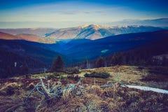 Paisagem majestosa da montanha da manhã Céu nublado dramático Fotos de Stock