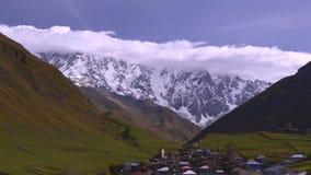 Paisagem majestosa da montanha das nuvens no pé do Mt Ushba Svaneti superior, Geórgia, video estoque