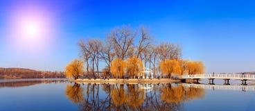 Paisagem majestosa a ilha sintética no meio do lago na cidade é refletida na água Imagem de Stock