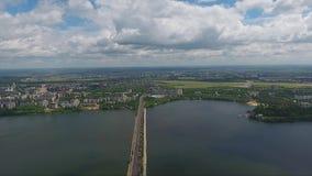 Paisagem maravilhosa do rio bonito que divide a cidade em duas porções no dia de verão vídeos de arquivo