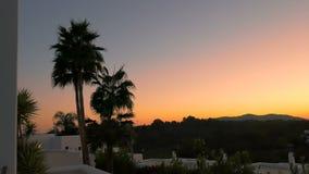 Paisagem maravilhosa no por do sol no hotel de luxo com palmas e árvores Nivelando o abrandamento no spa resort Edifícios brancos vídeos de arquivo