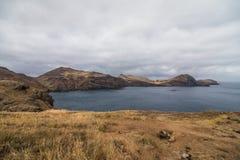 A paisagem marciana bonita e incomum da fuga popular trekking, caminhar e andar na ilha de Madeira - a maioria de eas imagem de stock