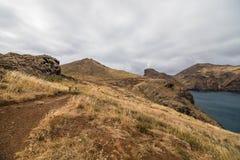 A paisagem marciana bonita e incomum da fuga popular trekking, caminhar e andar na ilha de Madeira - a maioria de eas imagens de stock