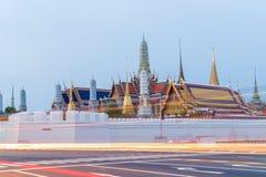 Paisagem, marco, templo Wat Pra Kaew, manhã tailandesa da religião antes do nascer do sol, Banguecoque, Tailândia imagem de stock