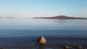 Paisagem marinha com vistas da ponte do russo no horizonte vídeos de arquivo
