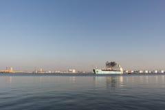 Paisagem marinha rural Embarcação química que sae do porto Fotografia de Stock