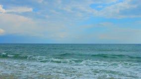 Paisagem marinha surpreendente Ondas de oceano espumosas que vêm em terra, céu nebuloso bonito vídeos de arquivo