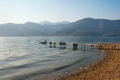 Paisagem mediterr?nea bonita em um dia nevoento Montenegro, vista da ba?a de Kotor imagem de stock