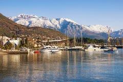 Paisagem mediterrânea do inverno bonito Montenegro, baía de Kotor Vista da montanha nevado de Lovcen e da cidade de Tivat foto de stock