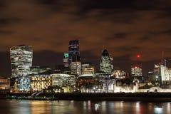Paisagem moderna das construções na noite Foto de Stock Royalty Free