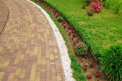 Paisagem moderna do jardim decorativo com Pa telhado do mosaico de Colofulr Imagens de Stock Royalty Free