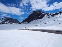 Paisagem, montanha e vale com neve de derretimento noruega Fotos de Stock